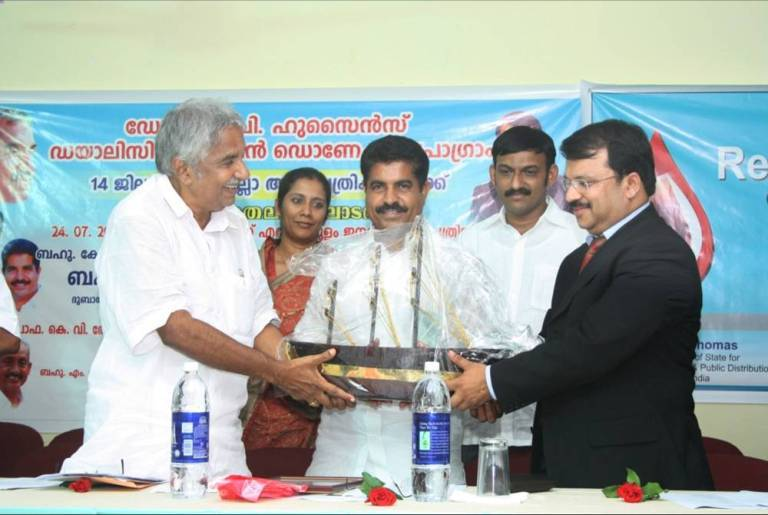 Receiving momento from Shri.Oommen Chandy