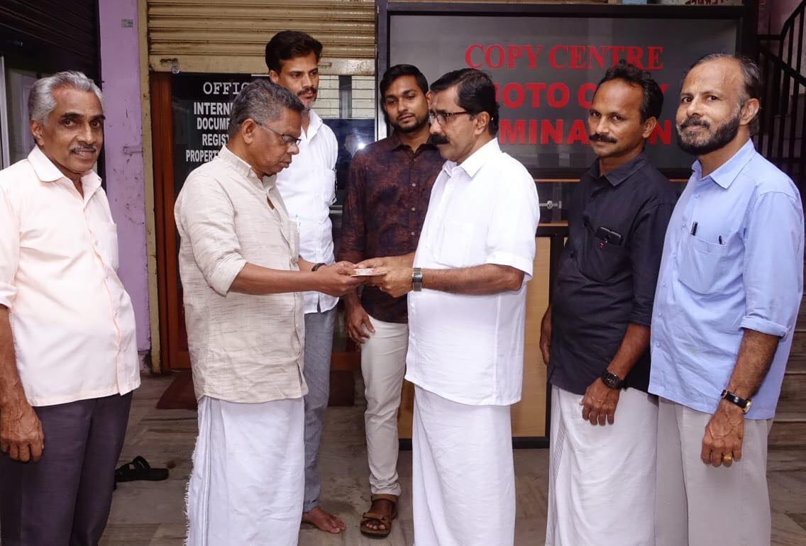 Dr. K. P. Hussain Charitable Trust hands over the fund raised for Kerala Flood Relief at Mathrubhoomi Office on Independence day by Snehatheeram Residents Association, Villyapalli